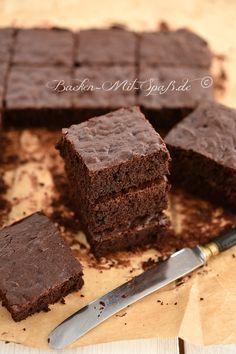 Saftige, leckere Brownies mit Zucchini, die einfach und schnell zu machen sind. Die Zucchini schmeckt man nicht durch.
