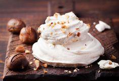 Préparation : 1. Placez les meringues (voir la recette ici) sur unepetite assiette. Etalez toute la crème de marrons sur les meringues, ajoutez la crème fraîche. 2. Dans un bol, mélangez le fromag…
