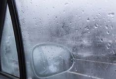 WinNetNews.com - Pernah mengalami kaca depan mobil kamu berembun ketika hujan deras? Ini dapat menyebabkan keselamatan kamu dalam berkendara, lantaran pandangan pengemudi terhalan oleh embun tersebut. Sebaiknya kamu langsung cari tahu penyebabnya.Biasanya bila kaca depan mobil berembun saat hujan dan