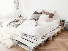 Dein eigenes Palettenbett in wenigen Schritten selbstgebaut I show you in my current DIY, how you can build your own pallet bed in just a few steps. Pallet Beds, Pallet Furniture, Furniture Design, Furniture Plans, Pallett Bed Frame, Kids Furniture, System Furniture, Furniture Chairs, Pallet Wood