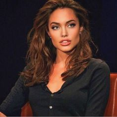 Take a look at the best Angelina Jolie beauty in the photos below and get ideas for your cute outfits and style! Angelina Jolie Fotos, Angelina Jolie Style, Angelina Jolie Makeup, Angelina Jolie Young, Angelina Jolie Hairstyles, Celebrity Makeup, Celebrity Style, Celebrity Fitness, Look Star