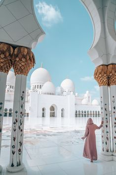10 Things You Need to Know Before Visiting the Sheikh Zayed Mosque in Abu Dhabi, UAE Mosque Architecture, Religious Architecture, Beautiful Mosques, Beautiful Buildings, Mecca Wallpaper, Islamic Wallpaper, Dubai Vacation, Visit Dubai, Grand Mosque