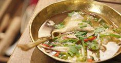 Een eenvoudige groentebouillon wordt oosters door er extra ingrediënten aan toe te voegen, zoals limoenblaadjes, citroengras en chilipeper. Daarin komen een soort ravioli gevuld met vis voor een heerlijke oosterse maaltijdsoep.