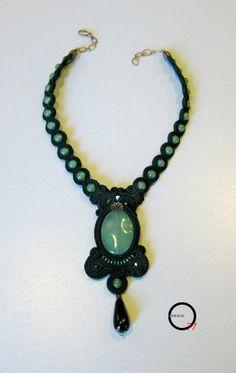 Fata verde. Collier soutache nero con perle e medaglione in avventurina e goccia pendente in onice.
