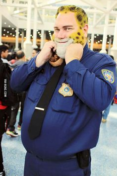 This guy cosplayed as Office Clawhauser from Zootopia. This guy cosplayed as Office Clawhauser from Zootopia. Cosplay Disney, Cosplay Anime, Epic Cosplay, Cute Cosplay, Cosplay Makeup, Amazing Cosplay, Cosplay Outfits, Halloween Cosplay, Cosplay Costumes
