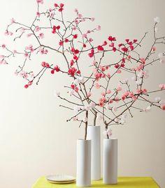 activité manuelle printemps, des branches d arbre, couverts de fleurs rose et blanches, une deco table naturelle, vases blancs