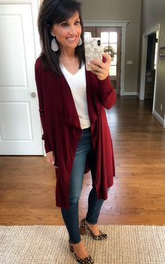 Best Outfits For Women Over 50 - Fashion Trends Older Women Fashion, Over 50 Womens Fashion, Diva Fashion, Fashion Over 50, Fashion Trends, Fashion 2020, Fashion Ideas, Fashion Tips, Black Cardigan Outfit