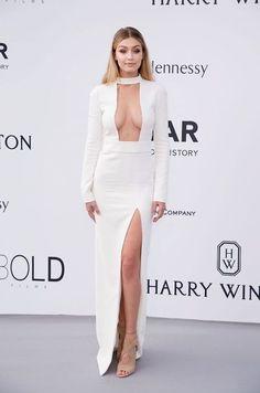 Gigi Hadid, vestido branco com fenda e choker
