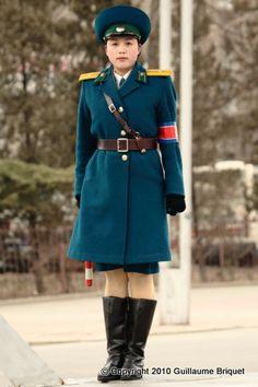 Pyongyang: 朝鮮民主主義人民共和国 North Korea, socialist republic traffic girl winter coat. Photo: Guillame Briquet