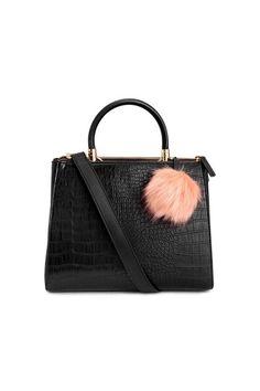 Black Handbag with animal print and a Pom-pom, H&M. Bag Trends Fall 2016. Bolso de mano negro con animal print y un pompón, H&M. Tendencias Otoño 2016. Schwarze Handtasche mit Animal Print und eine Bommel. Trends Herbst 2016