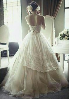 Omg I love the back of this gown!! So elegant!