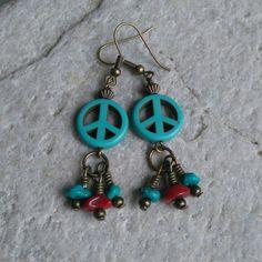 Peace oorbellen, turquoise en koraal.  www.facebook.nl/kikakoscreaties  #peace #ibiza #bohemian #hippy #turquoise #coral