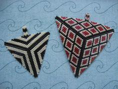 KIKI GYÖNGYEI: Peyote háromszög medál két változatban - two triangle pendant