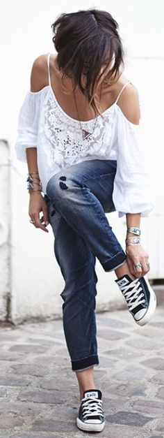 Most casual outfits looks great with a pair of black low top Converse. A white top and a pair of rolled up well worn jeans looks amazing in year around. Via Zoé Alalouch Blouse: Denim & Supply, Jeans: Diesel, Shoes: Converse London Fashion Weeks, Fashion Week Paris, 50 Fashion, Runway Fashion, Fashion Models, Ankara Fashion, Fashion Hacks, Fashion Bloggers, Style Fashion