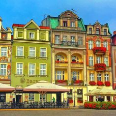 I LOVED Poznan's Old Market Square. It's one of the prettiest market squares I've seen anywhere in Europe. The Places Youll Go, Places To See, Destination Imagination, Germany Castles, Hiking Tours, Beautiful Architecture, Trip Planning, Poland, Adventure Travel
