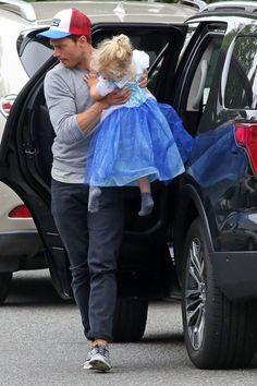 E A TARDE DE DOMINGO FOI ASSIM : Passeio pai&filha. Eles foram passear, papai comprou a fantasia da Cinderella para a princesa, ela imediatamente trocou de roupa, eles passearam mais e só depois foram...
