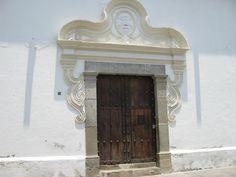 Arquitectura colonial que caracteriza la mayoría de construcciones en Antigua Mediterranean Homes, Spanish Colonial, North America, Envelope, Exterior, Doors, Interior Design, Building, House