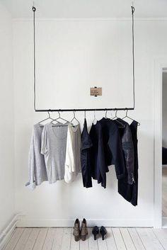 Un autre exemple simplissime de cordes passées dans une barre et fixées au plafond, pour un dressing minimaliste et sobre. (Astuces déco : Comment ranger et organiser ses vêtements ?)