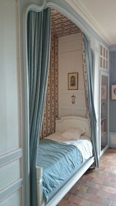 Vintage sleeping nook, Chateau Villandry, France with the bed on castors, it would be easy to roll in and out for making the bed. Alcove Bed, Bed Nook, Home Bedroom, Bedroom Decor, Bedroom Nook, Design Bedroom, Sleeping Nook, Built In Bed, Built Ins