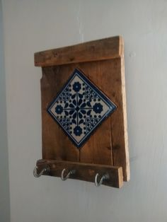 PORTA LLAVES And listed below are 10 tips to create your painting projects go smoother and faster wh Tile Crafts, Wood Crafts, Diy And Crafts, Arts And Crafts, House Painting, Painting On Wood, Diy Wood Projects, Tile Art, Creative Home