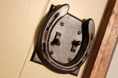 Kaydee Braunns Horseshoe Light Switch Plate - would be great in a tack room or barn office.and an easy DIY Equestrian Decor, Western Decor, Country Decor, Rustic Decor, Horseshoe Projects, Horseshoe Crafts, Horseshoe Art, Horseshoe Ideas, Metal Projects