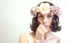 El año pasado me inspiré en las  coronas de flores  e hice un tutorial para enseñarles  como hacer una peineta de flores  , ahora les traigo un tutorial para hacer esta corona, a ver que les  parece.  Last year I made a  DIY for a flower comb  inspired by  these floral crowns  ,