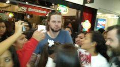 Jay com fãs no aeroporto da Cidade do México (via @Aleskian_McG) #CoberturaTWBR