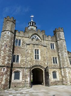 Knole House is in the middle of Sevenoaks and surrounded by Knole Park, a deer park. This was used as a hunting lodge by Henry VIII and the interior is worth touring. Days Out In England, Uk Summer, Castles In England, English Castles, Kent England, Deer Park, Day Trip, Great Britain, Touring