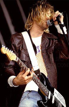 Kurt Cobain on stage #Nirvana - Reading Festival, 1991.