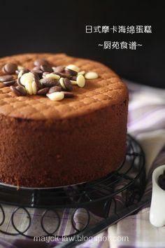 忙碌偷闲之余,做了这个以日式做法的海绵蛋糕。 其实, 这样不打圈的搅拌方式, 还真是我的剋星呢! 幸好, 蛋糕幸运的过关, 还觉得这比其它日式的蛋糕容易, 而蛋糕糊也不易消泡, 是个值得一试的蛋糕!     如果你是热爱咖啡者, 相信你也会喜欢这款重口...