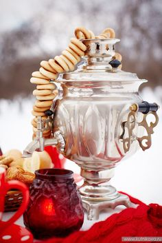 зимняя свадьба #wedding #winter #decor A samovar and sushki, a traditional Russian tea bread.