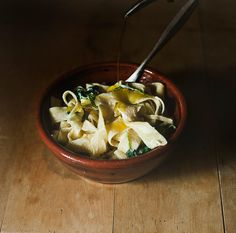 Suvi sur le vif: maantaipasta Pasta keitetään al denteksi, takaisin kattilaan ja kuumalle levylle, sekaan purkki pehmeää vuohenjuustoa, puolikkaan sitruunan mehu ja raaste, pannulla ryöpättyä tuoretta pinaattia, oliiviöljyä ja mustapippuria