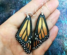 Hand tooled leather iridescent monarch butterfly wings - Earrings with sterling silver hooks by  Gemsplusleather on Etsy - 19,91€ #earrings  #handmade #butterfly #wings #iridescent #monarch #Gemsforall #GemsPlusLeather #leather #tooledleather #fantasy #LARP #Cosplay #gift #autumn