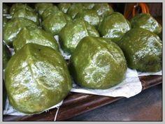 【客家美食-菜包】 客家人の伝統的な野菜饅頭で中には大根、干しエビがあります。竹ケージに入れて蒸します。特別な味です。 客家「菜包」,俗稱為「豬籠粄」,因外型猶如裝豬的竹籠。客家菜包以米作外皮,內包蘿蔔絲、蝦米等,味道特別香。 【相關訊息和圖片來源】 http://www.caibao.com.tw/