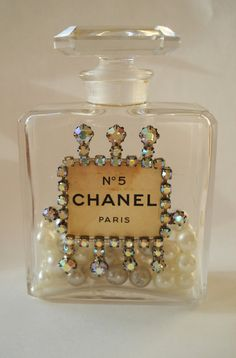 Chanel No 5 origal perfume bottle. I have always loved Chanel No 5 perfume. Coco Chanel, Chanel Paris, Chanel Black, Perfumes Vintage, Antique Perfume Bottles, Perfume Tray, Parfum Chanel, Glas Art, Beautiful Perfume