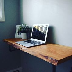 Wall mounted desks serve as a solution for a number of different design challenges. With a wall mounted desk, you can: Maximize tight budgets with a minimal design that only requires a few. Pipe Desk, Pipe Table, Pipe Lamp, Organizar Closet, Wall Mounted Table, Mounted Tv, Floating Desk, Floating Computer Desk, Floating Shelves