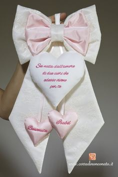 Il fiocco nascita di pizzo e duchesse con frase per Isabel è un elegante modello realizzato a livello sartoriale e caratterizzato da ricami personalizzati. Baby Shower Signs, Baby Shower Favors, Baby Staff, Crafts For Kids, Diy Crafts, Baby Co, Baby Sewing Projects, Welcome Baby, Felt Art