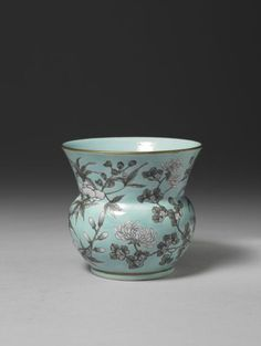 Spittoon with floral décor. Jingdezhen, Jiangxi province, Qing dynasty, reign of Emperor Guangxu. Porcelain with overglaze polychrome decoration.