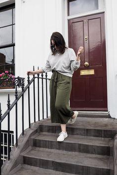 Ein cooler Style mit Culotte, weißen Sneakern und Rüschenpullover. Perfekt für den Herbst. OOTD, Fashion, Inspiration, Herbst Style, Style, Fashionblogger, Culotte, Pullover, Sneakers
