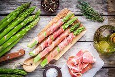 Du ernährst dich Low Carb und suchst nach einem einfachen Low Carb Rezept für Spargel im Speckmantel? Hier findest du ein tolles Rezept, das sich super als kohlenhydratarmes Mittagessen oder Abendessen eignet.