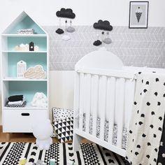 La chambre de bébé en noir et blanc déco style scandinave vertbaudet, shooting ClemAroundTheCorner decor nuage en feutrine, tapis et coussin graphique
