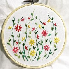 Simple pattern like this could be used to embellish clothes Cushion Embroidery, Embroidery Works, Hand Embroidery Stitches, Embroidery Applique, Cross Stitch Embroidery, Embroidery Designs, Sewing Crafts, Sewing Projects, Bordado Floral