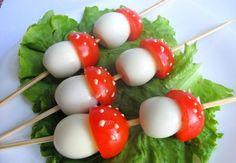 hartgekochte Eier und Kirschtomaten am Schaschlick
