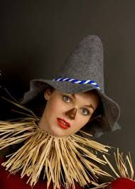 35 Affordable DIY Scarecrow Costume Ideas For Halloween Affordable DIY Scarecrow Costume Ideas From Cute to Creepy 03 Diy Scarecrow Costume, Scarecrow Halloween Makeup, Halloween Costumes Scarecrow, Make A Scarecrow, Halloween Look, Happy Halloween, Last Minute Halloween Costumes, Halloween Makeup Looks, Christmas Costumes