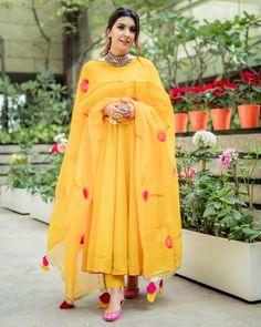Pakistani Fashion Casual, Pakistani Dresses Casual, Indian Gowns Dresses, Indian Fashion Dresses, Pakistani Dress Design, Simple Anarkali Suits, Beautiful Pakistani Dresses, Stylish Dress Designs, Designs For Dresses