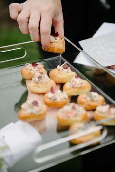 Serviços de buffet | Saiba qual é o ideal para o seu casamento Buffet, Brunch, Finger Foods, Cocktails, Wedding Ideas, Ethnic Recipes, Brazilian Restaurant, Formal Dinner, Gastronomia