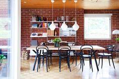 Valkoinen String-hylly erottuu hyvin alkuperäistä tiiliseinää vasten. Woody-pöydän ympärillä on kurvikkaat wieniläistuolit ja yllä Innoluxin Sipuli-valaisimet. Wishbone Chair, Sisal, Dining, Interior, Table, Furniture, Home Decor, Food, Decoration Home