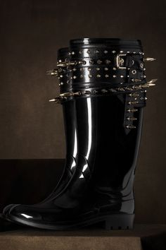 The Burberry Regent Street Collection wellies.Love these wellies. Crazy Shoes, Me Too Shoes, Studs And Spikes, All Black Fashion, Mode Inspiration, Shoe Game, Snow Boots, Autumn Winter Fashion, Rubber Rain Boots