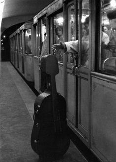 Atelier Robert Doisneau |Galeries virtuelles desphotographies de Doisneau - Musique - Maurice Baquet - Dans le metro - 1958
