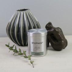 Force et séduction au masculin, la bougie parfumée Ambre est parfaite pour une ambiance reposante et réconfortante dans une chambre par exemple...